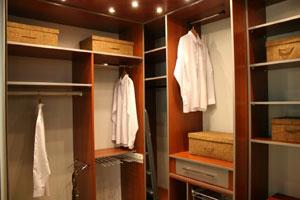 Jak wykorzystać przestrzeń narożnika w garderobie?